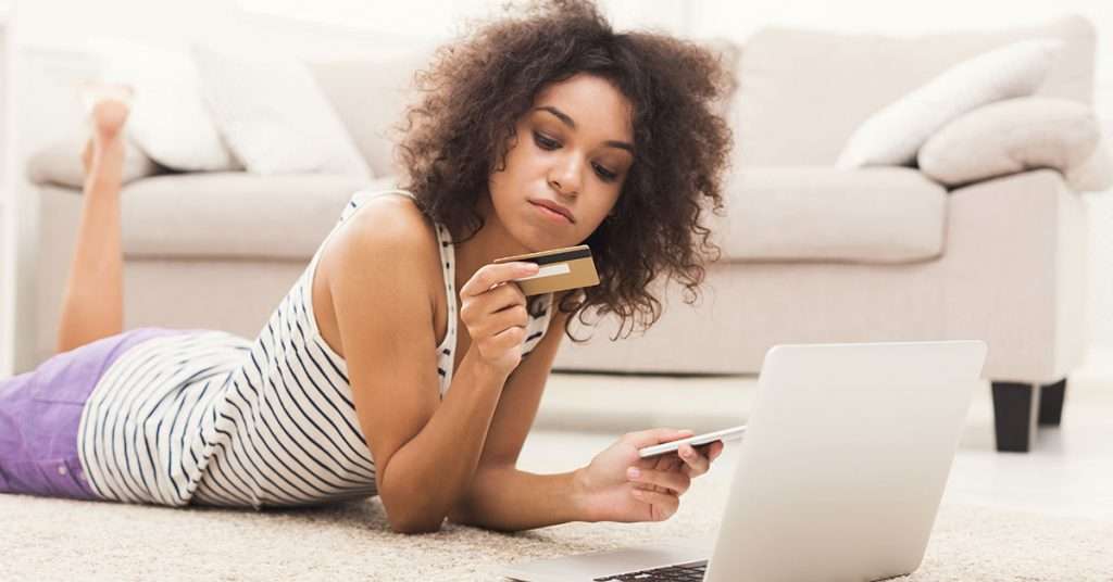 Jeune femme qui magasine en ligne